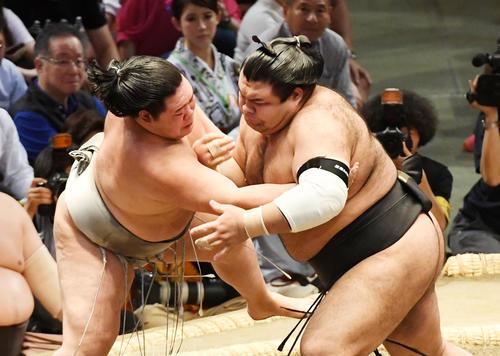 大相撲名古屋場所10日目 激しい攻防を見せる明生(左)と高安(撮影・前岡正明)