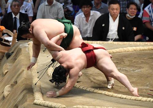 大相撲名古屋場所11日目 佐田の海(左)が小手投げで炎鵬に勝利する(撮影・奥田泰也)