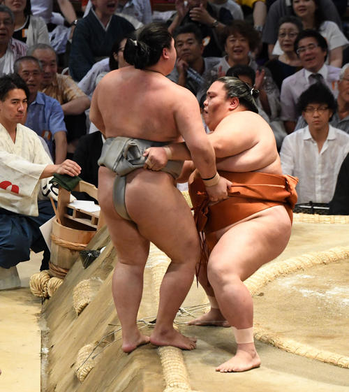 大相撲名古屋場所11日目 御嶽海(右)は寄り切りで明生に勝利する(撮影・奥田泰也)
