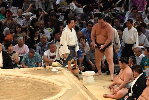 大相撲名古屋場所11日目 高安が休場のため不戦勝となる白鵬(撮影・奥田泰也)