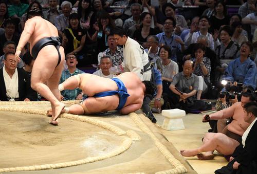 大相撲名古屋場所11日目 白鵬(右から2人目)が見る中、鶴竜(左)は琴奨菊に勝利する(撮影・奥田泰也)