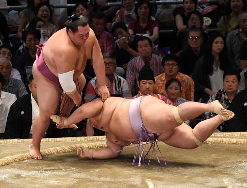 大相撲名古屋場所11日目 友風(左)がはたき込みで琴勇輝に勝利する(撮影・奥田泰也)