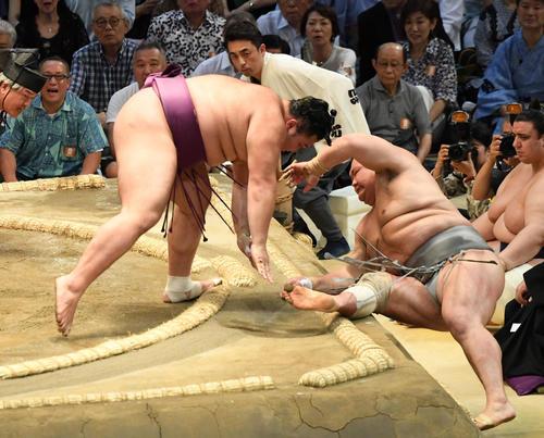 大相撲名古屋場所11日目 朝乃山(左)が寄り切りで北勝富士に勝利する(撮影・奥田泰也)
