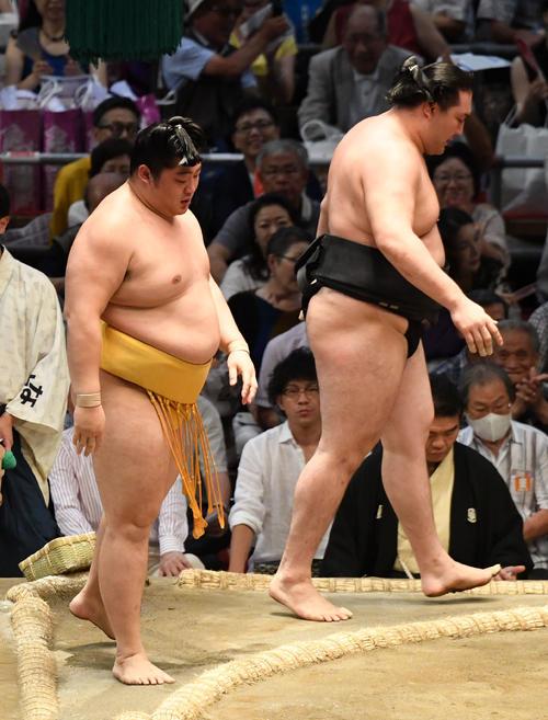 大相撲名古屋場所11日目 遠藤(左)が寄り切りで竜電に勝利する(撮影・奥田泰也)