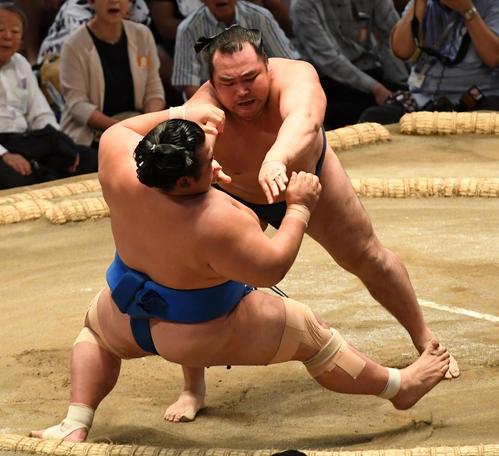鶴竜(右)は琴奨菊を突き倒しで破る(撮影・前岡正明)
