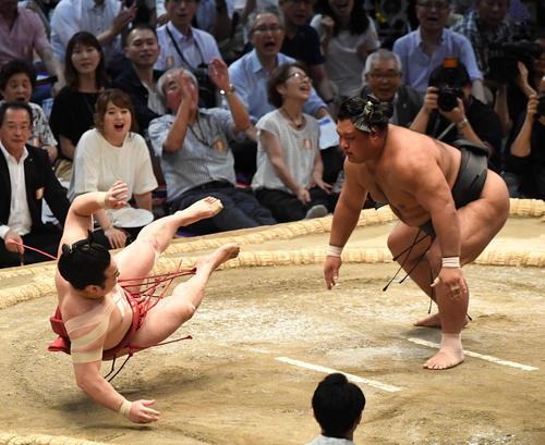 大相撲名古屋場所12日目 松鳳山(右)が押し倒しで炎鵬に勝利する(撮影・奥田泰也)
