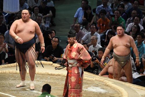 大相撲名古屋場所12日目 玉鷲(左)が突き出しで明生に勝利する(撮影・奥田泰也)