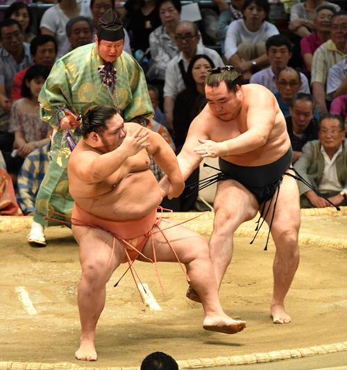 大相撲名古屋場所12日目 鶴竜(右)は千代大龍をすそ払いで破る(撮影・前岡正明)