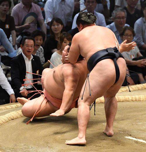 大相撲名古屋場所12日目 鶴竜(右)がすす払いで千代大龍に勝利する(撮影・奥田泰也)