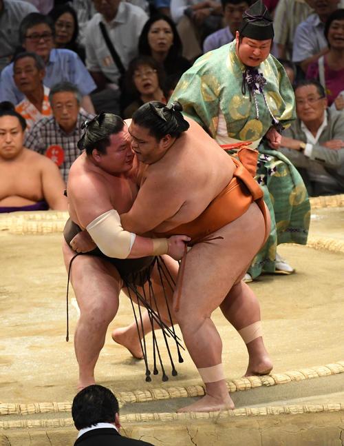 大相撲名古屋場所12日目 白鵬(左)は御嶽海を寄り切り破る(撮影・前岡正明)