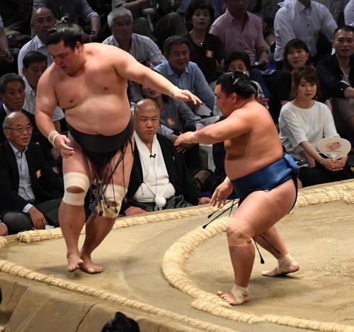 大相撲名古屋場所12日目 照強(左)が押し出しで妙義龍に勝利する(撮影・奥田泰也)