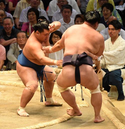 大相撲名古屋場所12日目 照強(左)は妙義龍を押し出しで破る(撮影・前岡正明)