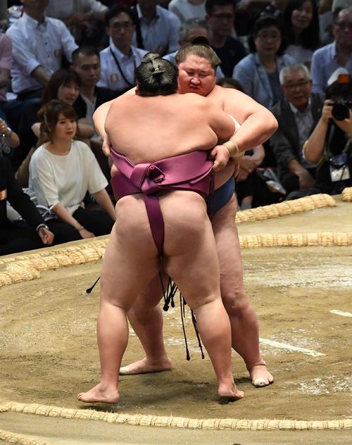 大相撲名古屋場所12日目 逸ノ城(右)が寄り切りで友風に勝利する(撮影・奥田泰也)