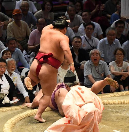 大相撲名古屋場所12日目 大栄翔(左)が引き落としで朝乃山に勝利する(撮影・奥田泰也)