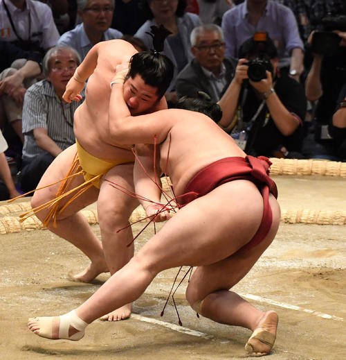 大相撲名古屋場所12日目 遠藤(左)は阿炎に勝利する(撮影・奥田泰也)