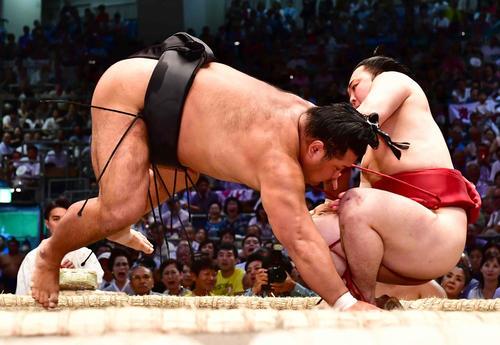 炎鵬(右)は押し倒しで松鳳山に敗れる(撮影・小沢裕)