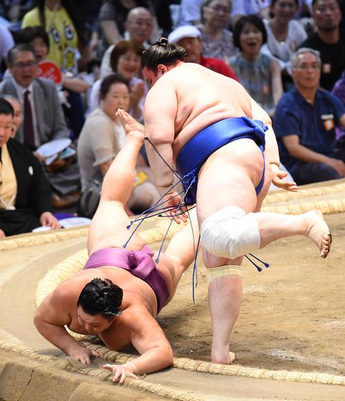 大相撲名古屋場所13日目 碧山(右)にはたき込みで破れる朝乃山(左)(撮影・森本幸一)