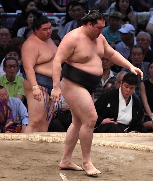 大相撲名古屋場所13日目 竜電(右)が押し出して正代に勝利する(撮影・奥田泰也)