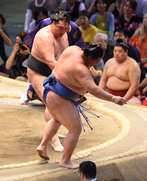 大相撲名古屋場所13日目 正代(手前)を押し出しで破る竜電(奥)(撮影・森本幸一)