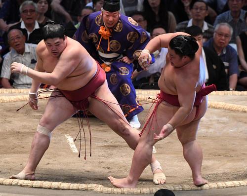 大相撲名古屋場所13日目 阿炎(左)が押し出しで大栄翔に勝利する(撮影・奥田泰也)