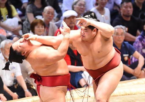 大相撲名古屋場所13日目 大栄翔(左)を強烈な突き押しで攻め込む阿炎(右)(撮影・森本幸一)