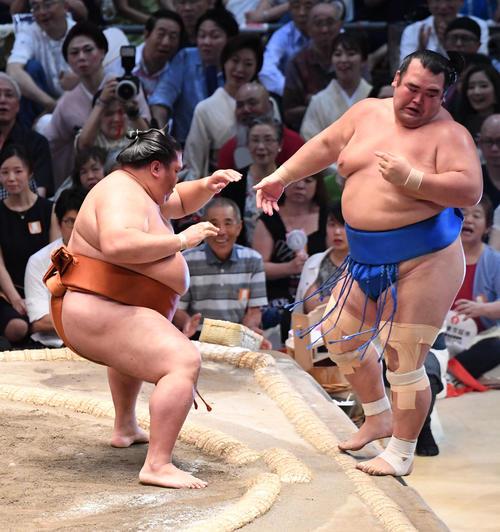 大相撲名古屋場所13日目 御嶽海(左)が寄り切りで琴奨菊に勝利する(撮影・奥田泰也)