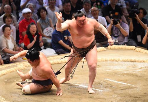 大相撲名古屋場所13日目 妙義龍(左)を小手投げで破る白鵬(右)(撮影・森本幸一)