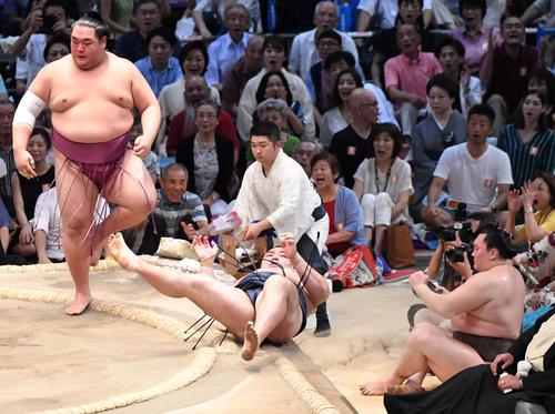 大相撲名古屋場所13日目 友風に鶴竜がはたき込みで負ける、右は白鵬(撮影・奥田泰也)