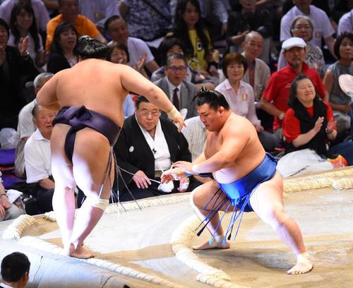 大相撲名古屋場所13日目 阿武咲(左)を押しだしで破る照強(右)(撮影・森本幸一)