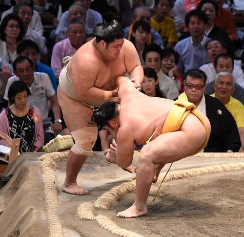 大相撲名古屋場所13日目 遠藤(右)は寄り切りで志摩ノ海に勝利する(撮影・奥田泰也)