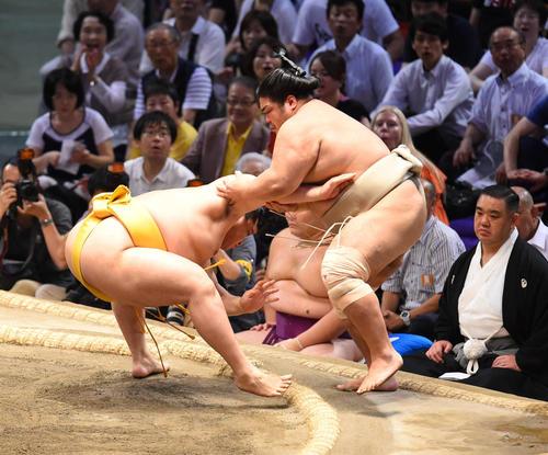 大相撲名古屋場所13日目 志摩ノ海(右)を寄りきりで破る遠藤(左)(撮影・森本幸一)