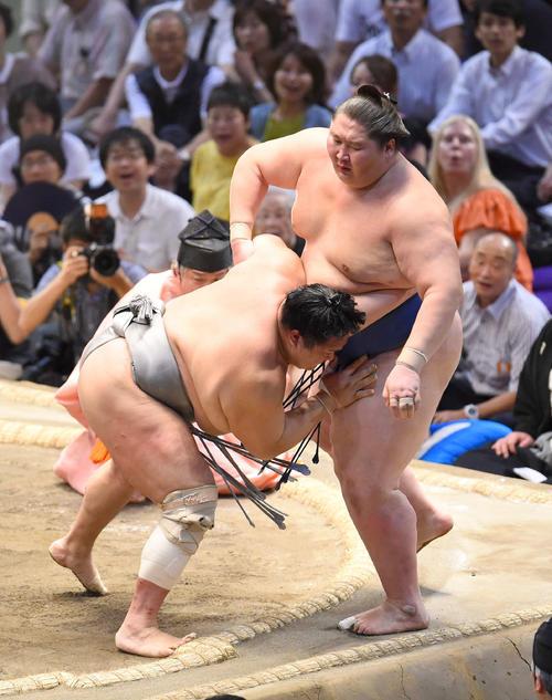 大相撲名古屋場所13日目 逸ノ城(右)を寄りきりで破る北勝富士(左)(撮影・森本幸一)