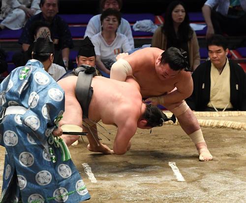 大相撲名古屋場所13日目 勢(右)が小手投げで荒鷲に勝利する(撮影・奥田泰也)