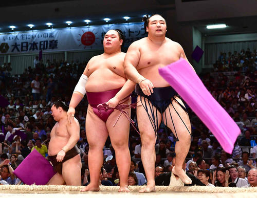 鶴竜(右)は友風にはたき込みで敗れ、館内に座布団が舞うなかがっくりと引き揚げる。左は白鵬(撮影・小沢裕)