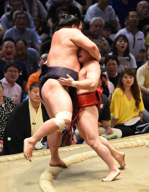 大相撲名古屋場所14日目 妙義龍(左)を寄りきりで破る炎鵬(右)(撮影・森本幸一)