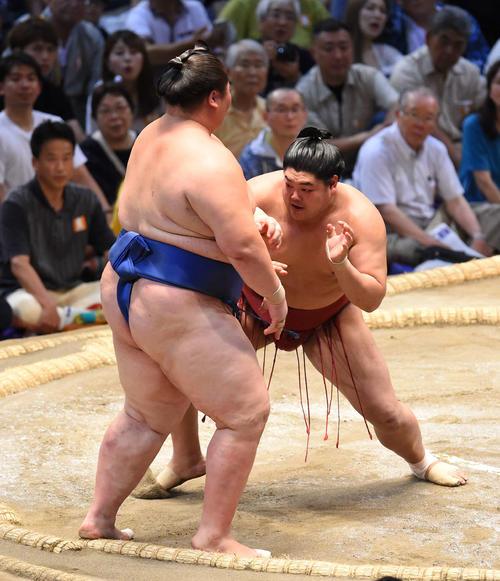 大相撲名古屋場所14日目 逸ノ城(左)を押し出しで破る阿炎(右)(撮影・森本幸一)