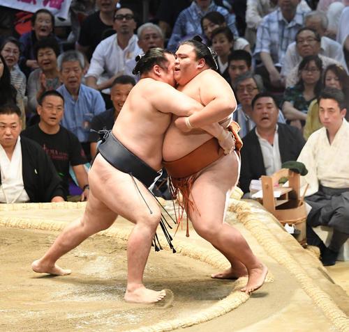 大相撲名古屋場所14日目 鶴竜(左)が寄り切りで御嶽海に勝利する(撮影・奥田泰也)