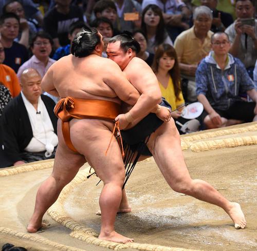 大相撲名古屋場所14日目 御嶽海(左)を寄りきりで破る鶴竜(右)(撮影・森本幸一)