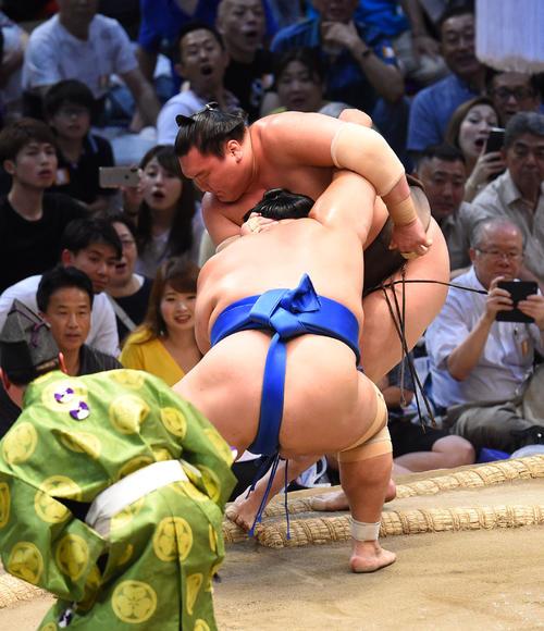 大相撲名古屋場所14日目 琴奨菊(手前)に寄りきりで破れる白鵬(奥)(撮影・森本幸一)