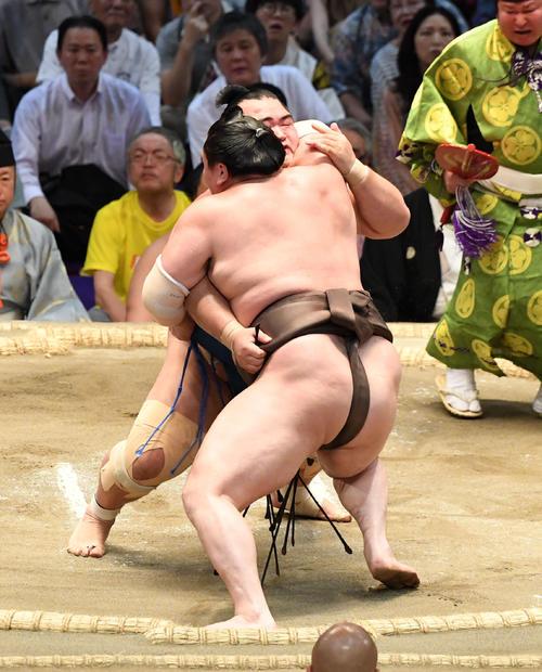 大相撲名古屋場所14日目 琴奨菊が寄り切りで白鵬に勝利する(撮影・奥田泰也)