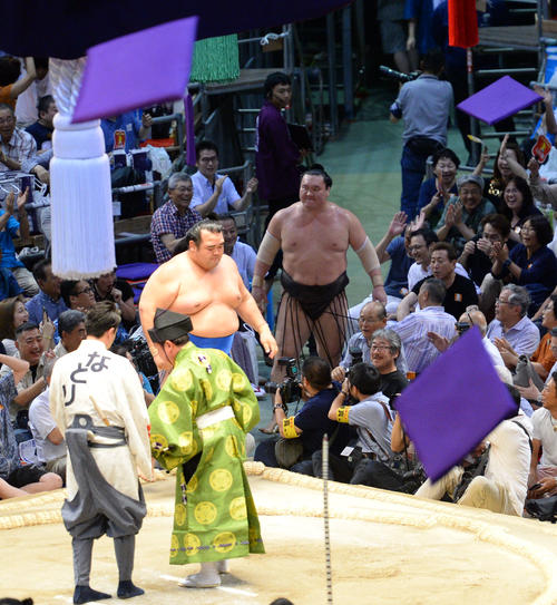 大相撲名古屋場所14日目 琴奨菊(手前)に寄りきりで破れた白鵬(奥)(撮影・森本幸一)