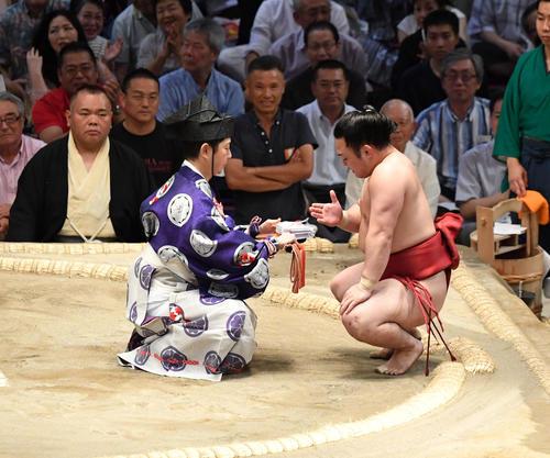 大相撲名古屋場所14日目 炎鵬が寄り切りで妙義龍に勝利する(撮影・奥田泰也)