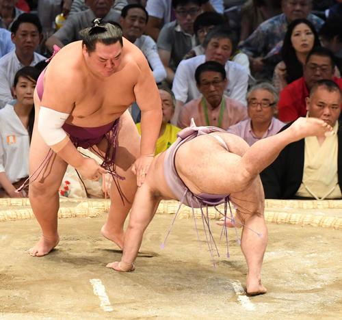 大相撲名古屋場所14日目 友風(左)がはたき込みで琴恵光に勝利する(撮影・奥田泰也)