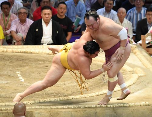 大相撲名古屋場所14日目 遠藤(左)寄り切りで宝富士に勝利する(撮影・奥田泰也)