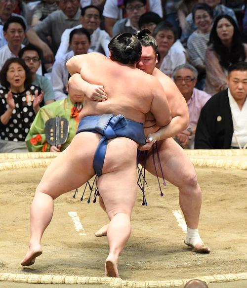 大相撲名古屋場所14日目 朝乃山(右)が寄り切りで正代に勝利する(撮影・奥田泰也)