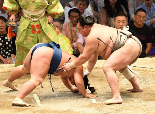 大相撲名古屋場所14日目 北勝富士(右)が突き落としで照強に勝利する(撮影・奥田泰也)