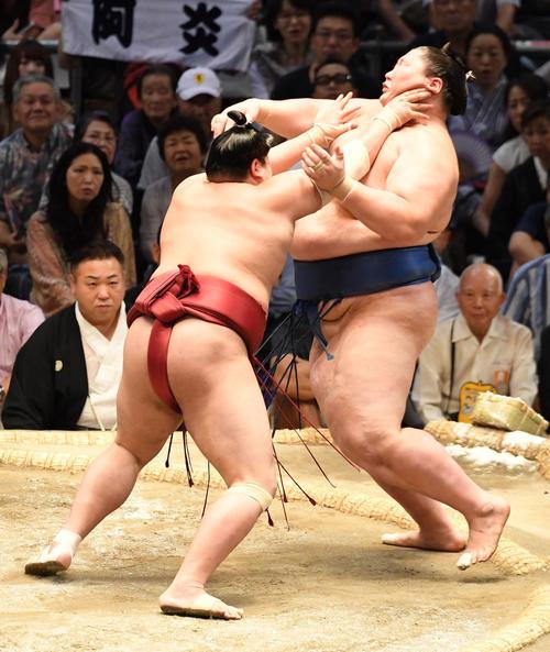 大相撲名古屋場所14日目 阿炎(左)が押し出しで逸ノ城に勝利する(撮影・奥田泰也)