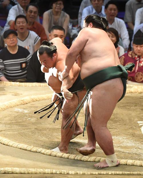 大相撲名古屋場所14日目 豊ノ島(左)が押し出しで錦木に勝利する(撮影・奥田泰也)