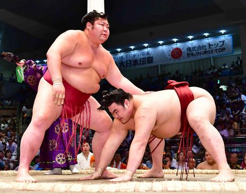 剣翔(左)ははたき込みで隆の勝を下し十両優勝を決める(撮影・小沢裕)