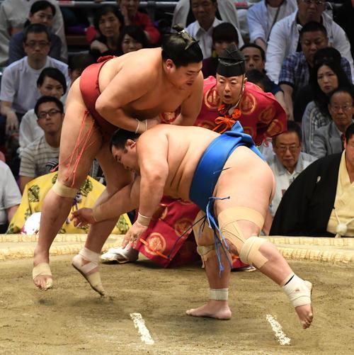 阿炎(左)は琴奨菊をはたき込みで破る(撮影・前岡正明)